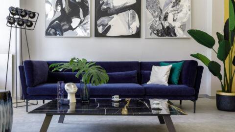 Niebieska kanapa w salonie - aranżacja